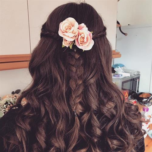 Simple but effective. Boho bridesmaid hairstyle