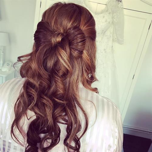 Absolute bridal hair goals with this handmade bridal hair bow by Suezanna Ward