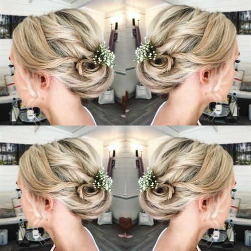 Pretty blonde wedding hair